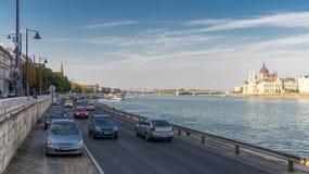 Здание Будапешта и парламента в Венгрии в красивой осени Город trraffic стоковые изображения rf