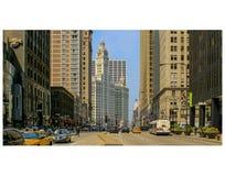 Здание бульвара и Wrigley ` s Мичигана Чикаго от к югу от реки стоковые фотографии rf