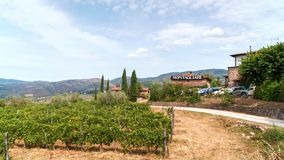 Здание винодельни в зоне Chianti, Toskana Виноградники и кипарисы вокруг Стоковые Изображения RF