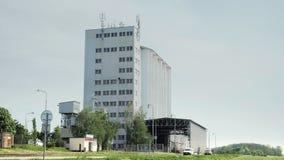 Здание в ландшафте, большой лифт бетонного бункера зерна семени, сельская местность земледелия видеоматериал
