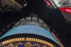 Здание в Таймс-сквер, занятое туристское пересечение неонового искусства и коммерция стоковая фотография rf