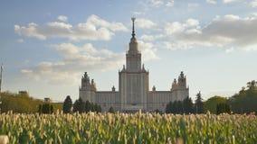 Здание государственного университета Москвы Стрельба в лете вечера на заходе солнца против предпосылки пестротканого стоковое изображение