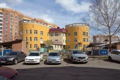 Здание детского сада в жилом районе города Krasnoyarsk стоковые фотографии rf