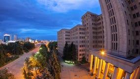 Здание дня университета Karazin Харькова национального к hyperlapse timelapse ночи сток-видео