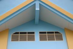 Здание желто и голубо стоковая фотография rf