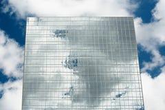 здание заволакивает отражение стоковая фотография rf