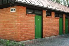 Здание или уборная во дворе уборной общественного туалета WC стоковое изображение