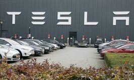 Здание и автостоянка Tesla Стоковое Изображение