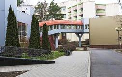 Здание и окружающая територия стоковые изображения rf