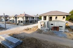 Здание и строительная площадка нового дома стоковые изображения