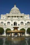 Здание и фонтан капитолия США Стоковая Фотография