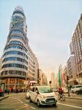 Здание и Gran капитолия через улицу в Мадриде Стоковое Изображение