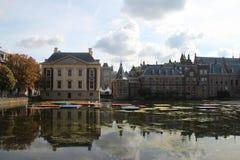 Здание и Mauritshuis парламента в Гааге стоковые фотографии rf