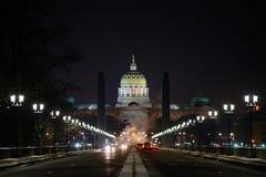 Здание капитолия положения Пенсильвании на ноче стоковые изображения rf