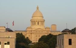 Здание капитолия положения сигнализирует летать меньший утес Арканзас США стоковые фотографии rf