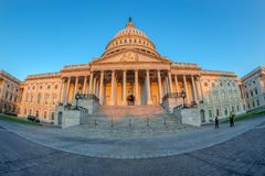 Здание капитолия Соединенных Штатов на рано утром стоковое фото