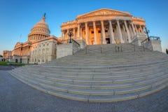 Здание капитолия Соединенных Штатов на рано утром стоковое фото rf