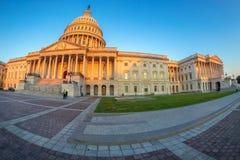 Здание капитолия Соединенных Штатов на рано утром стоковые изображения rf