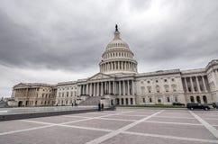Здание капитолия Соединенных Штатов с темными sclouds выше стоковое изображение