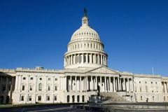 Здание капитолия США против голубого неба Стоковое Изображение