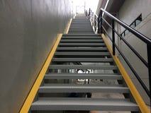 здание кирпича вниз избегает лестницы ведущего металла пожара самомоднейшие Стоковые Изображения