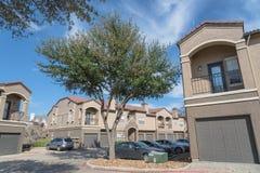 Здание комплекса апартаментов в пригородном районе на Ирвинге, Техасе, США стоковое изображение rf