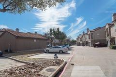 Здание комплекса апартаментов в пригородном районе на Ирвинге, Техасе, США стоковое фото rf