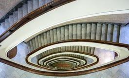 Здание лестничного колодца, овальная лестница внутри здания стоковое изображение