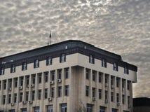 Здание муниципалитета под плотной облачностью Стоковое фото RF