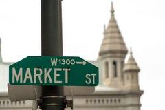 Здание муниципалитет знака улицы рынка в взгляде Филадельфии необыкновенном Стоковые Фото