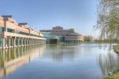 Здание муниципалитет и зеркальный пруд в Markham, Канаде Стоковые Изображения RF