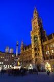 Здание муниципалитет и Frauenkirche в Мюнхен, Германии Стоковая Фотография
