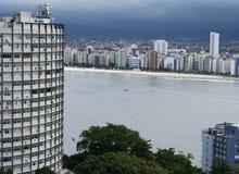 Здание на пляже в положении Сан-Паулу Бразилии стоковое изображение rf