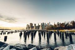 Здание Нью-Йорк увиденный от Dumbo Бруклина стоковое изображение