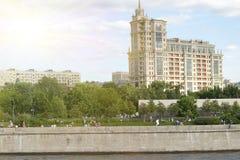 Здание около портового района река moscow Стоковые Фотографии RF