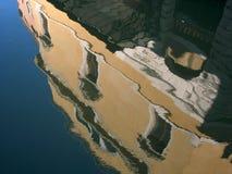 Здание отраженное на воде Стоковые Фотографии RF