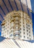 здание отражено на воде стоковая фотография