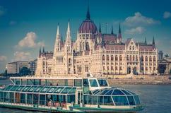 Здание парламента Будапешта венгерское лежит в квадрате Lajos Kossuth, на банке Дуная Стоковые Изображения RF