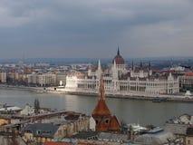 Здание парламента Будапешта и окружающий город с рекой Дунаем Стоковая Фотография RF