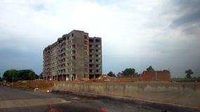 Здание под конструкцией около государственной автострады Стоковые Фотографии RF