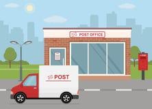 Здание почтового отделения, тележка поставки и почтовый ящик на предпосылке города Стоковое фото RF