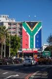 Здание при южно-африканский флаг покрашенный на ем стоковое фото