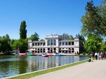 Здание ресторана и казино Хиоса около озера центрального парка стоковые изображения