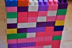 Здание сделанное из блоков игрушки пластичных пестротканых Стоковая Фотография