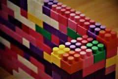 Здание сделанное из блоков игрушки пластичных пестротканых Стоковые Изображения RF