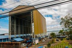 Здание серого цвета порта и мечети Sandakan, Борнео, Сабах, Малайзия Стоковое фото RF