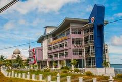 Здание серого цвета порта и мечети Sandakan, Борнео, Сабах, Малайзия Стоковое Изображение RF
