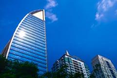 Здание современно с голубым небом стоковые фото