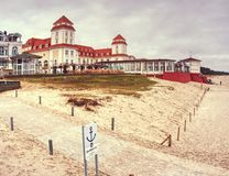 Здание спа Kurhaus с известной прогулкой, мостом моря стоковое изображение