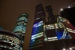 здание справляется самомоднейшая верхняя часть офиса ночи Стоковая Фотография RF